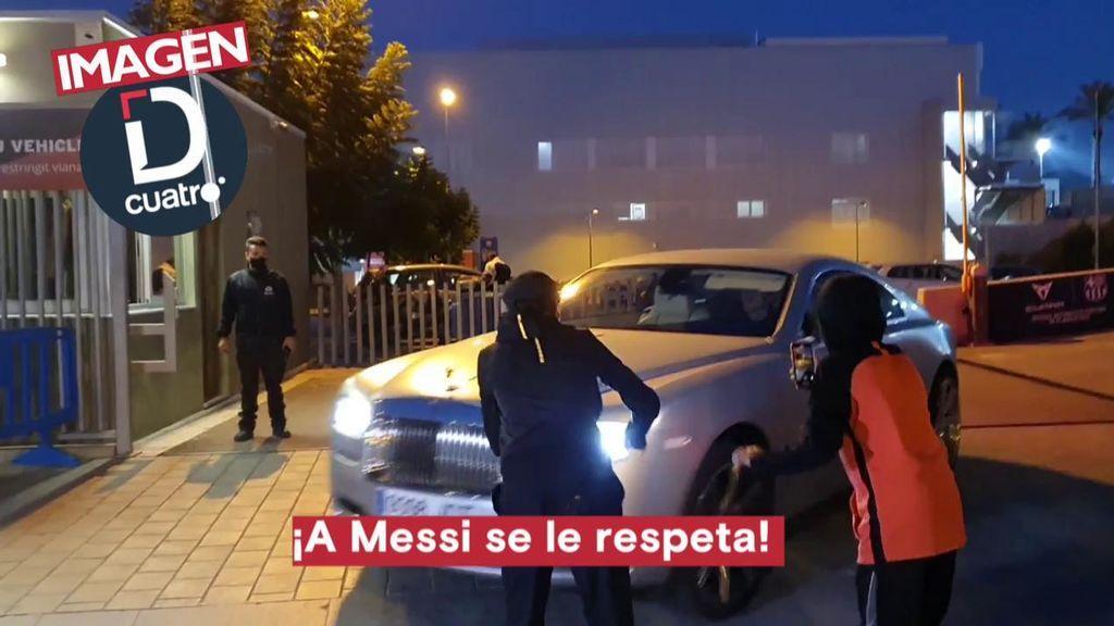 Varios aficionados increpan a Griezmann a la salida del entrenamiento.