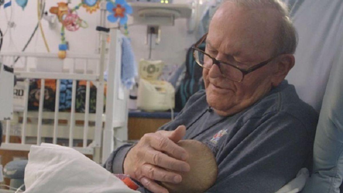 Fallece el 'abuelo de la UCI': 15 años de abrazos capaces de colmar de vida a los neonatos