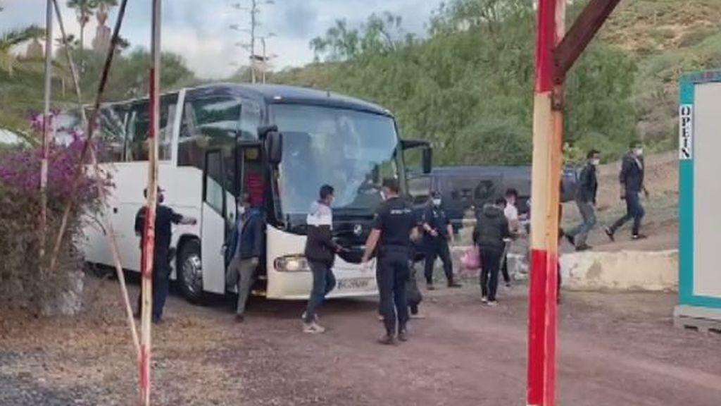 La Policía Nacional traslada a los migrantes al CATE de Barranco Seco