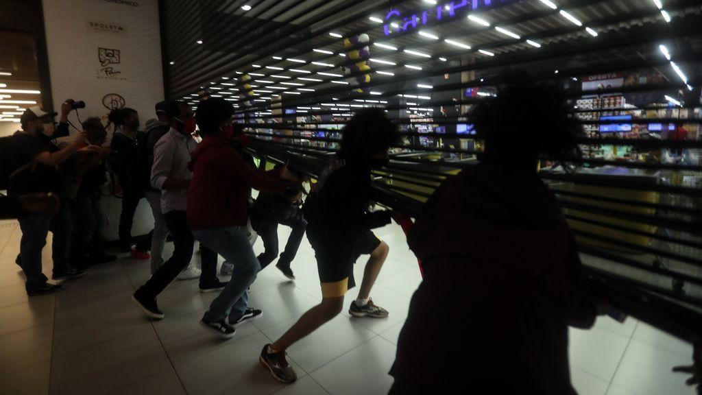 Ola de protestas en Brasil por la muerte a golpes de un hombre negro en una tiend