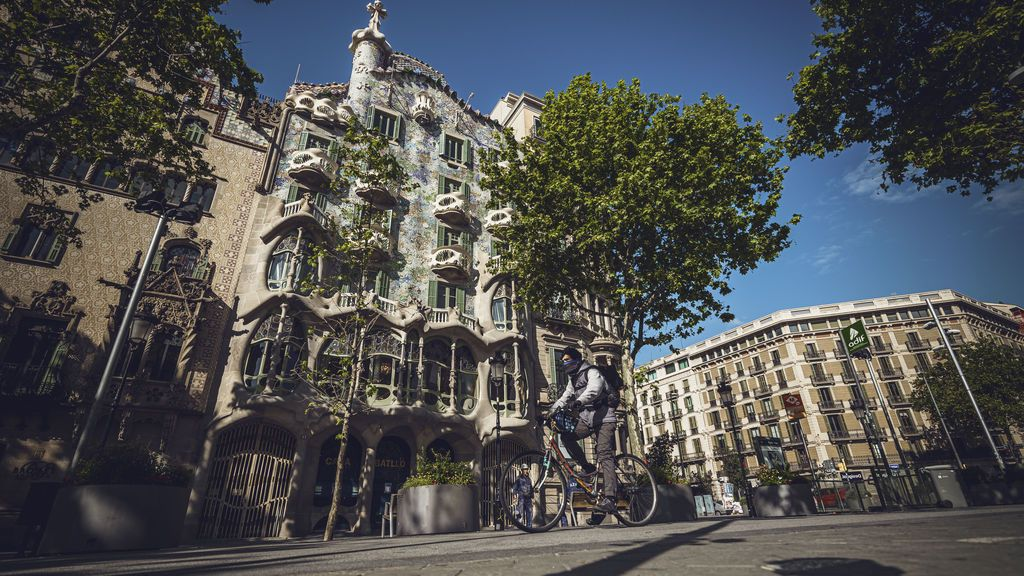 EuropaPress_2892742_24_april_2020_spain_barcelona_man_wearing_face_mask_rides_his_bike_through