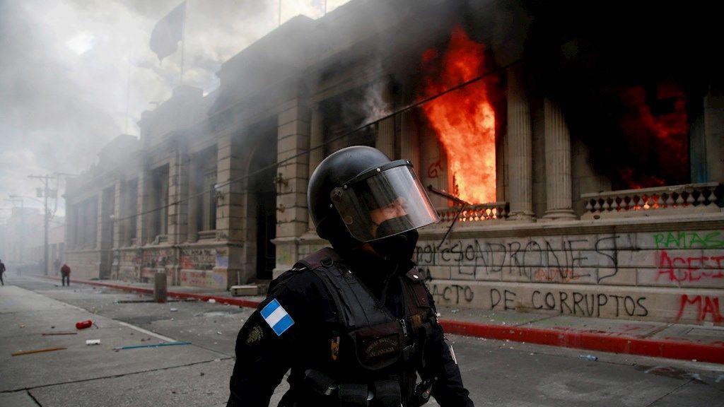 Miles de guatemaltecos protestan contra Giammattei y prenden fuego al Congreso