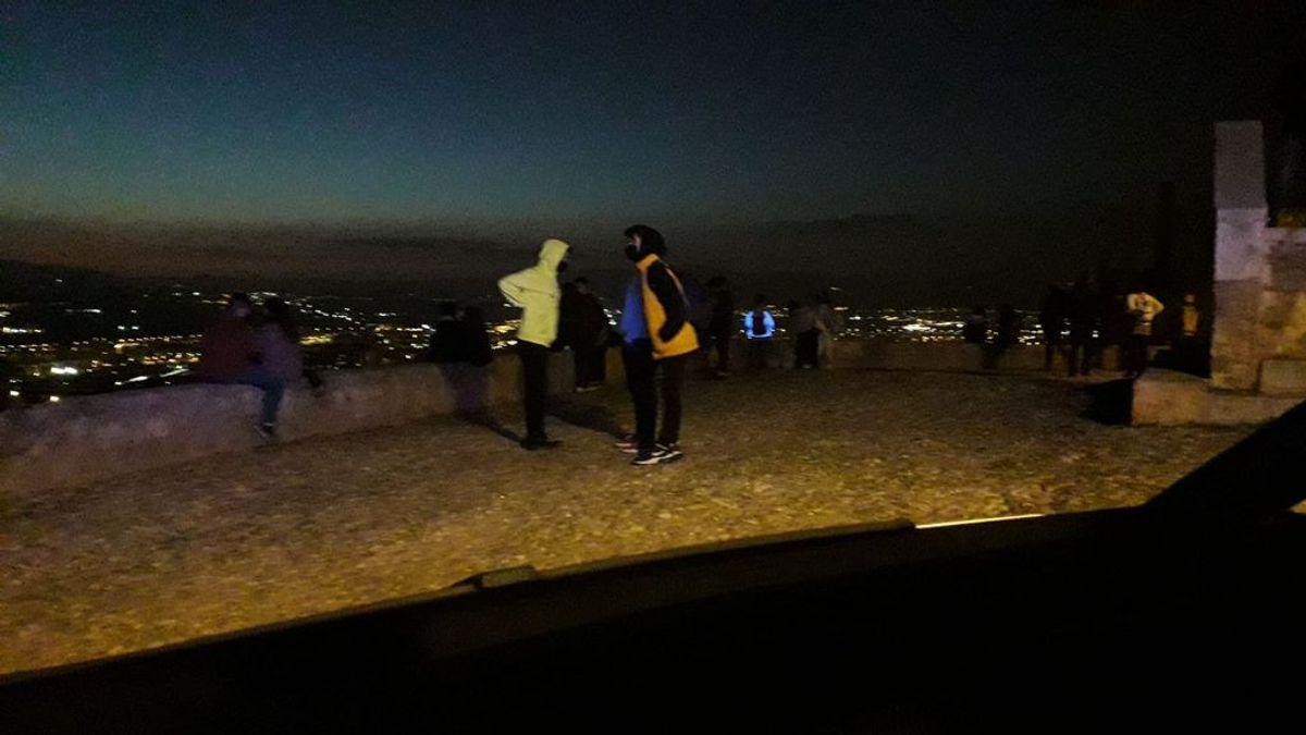 Los jóvenes de Granada colapsan los miradores para hacer botellón sin mascarillas
