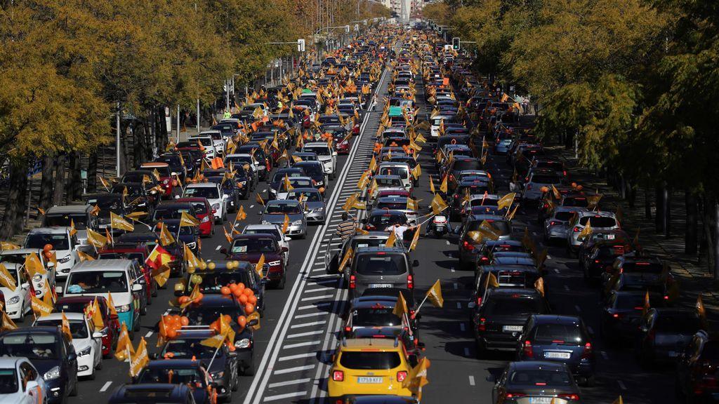 Miles de coches colapsan las calles de una treintena de ciudades españolas contra la 'Ley Celaá'