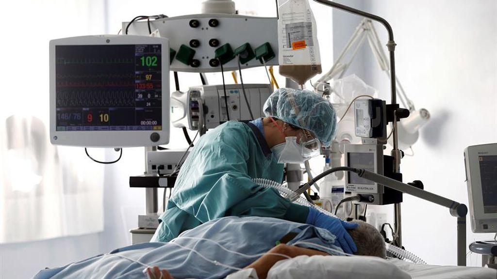 Una enfermera atiende a un paciente en la UCI