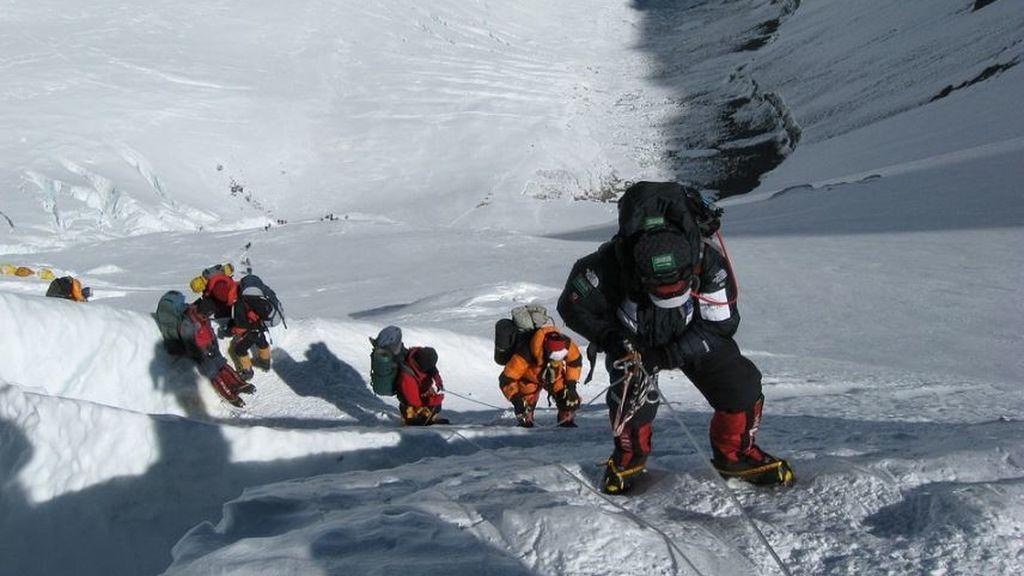 Microplástico en la cima de la Tierra: encuentran fibras a 8.000 metros en el Everest