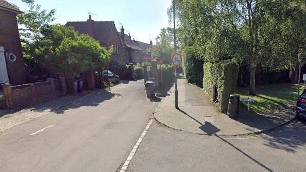 Una menor es agredida sexualmente por tres individuos cuando volvía de la escuela en Londres