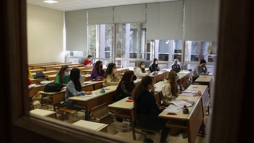 Universitarios en clase