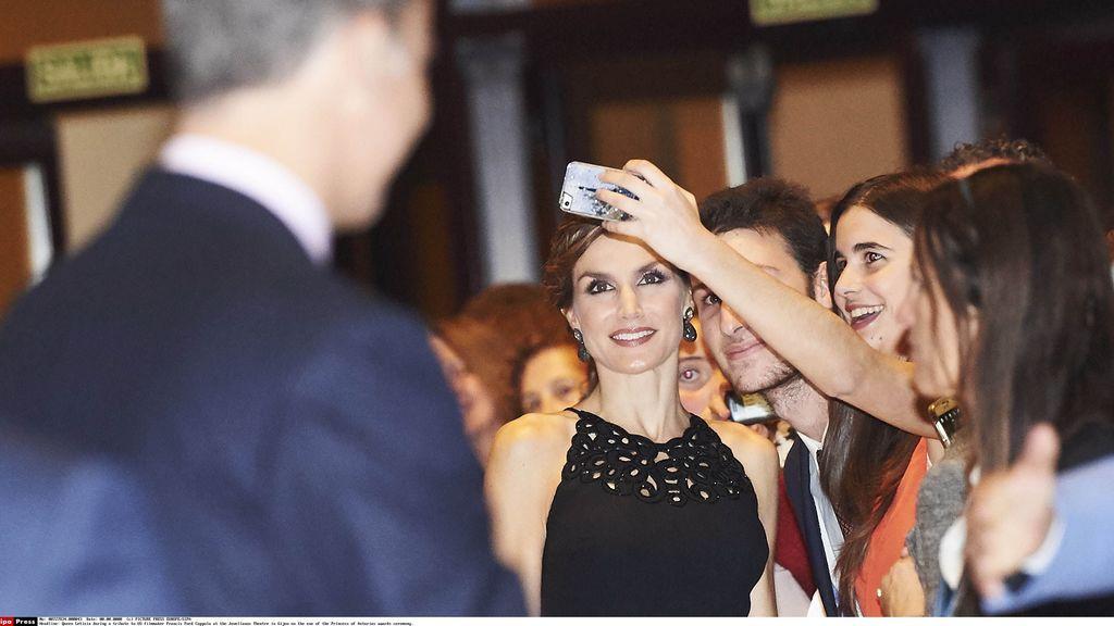 Letizia, haciéndose un selfie en Gijón