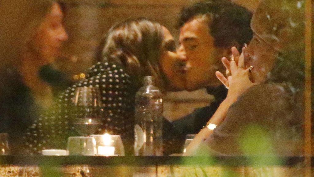 Tamara Falcó e Íñigo Onieva, besándose en un restaurante