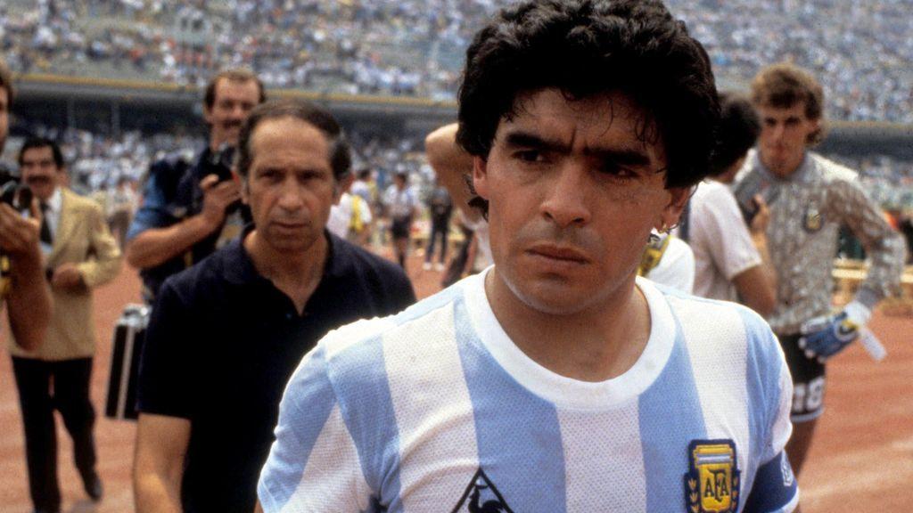 Maradona levanta la Copa del Mundo con Argentina en 1986.