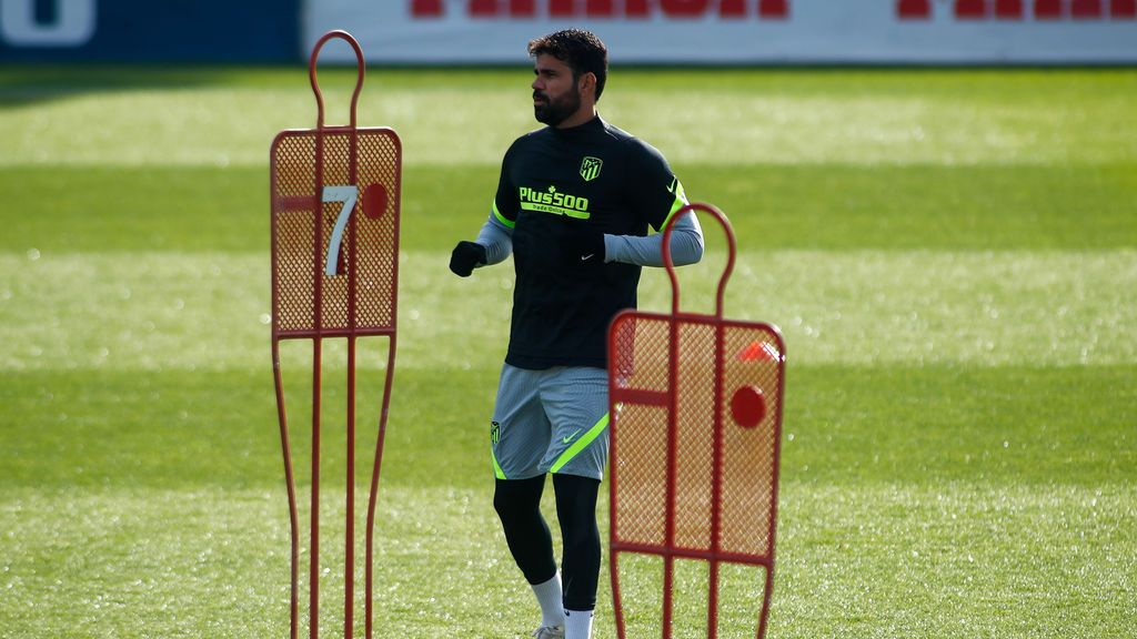 EuropaPress_3447093_diego_costa_warms_up_during_the_atletico_madrid_training_session_for_the