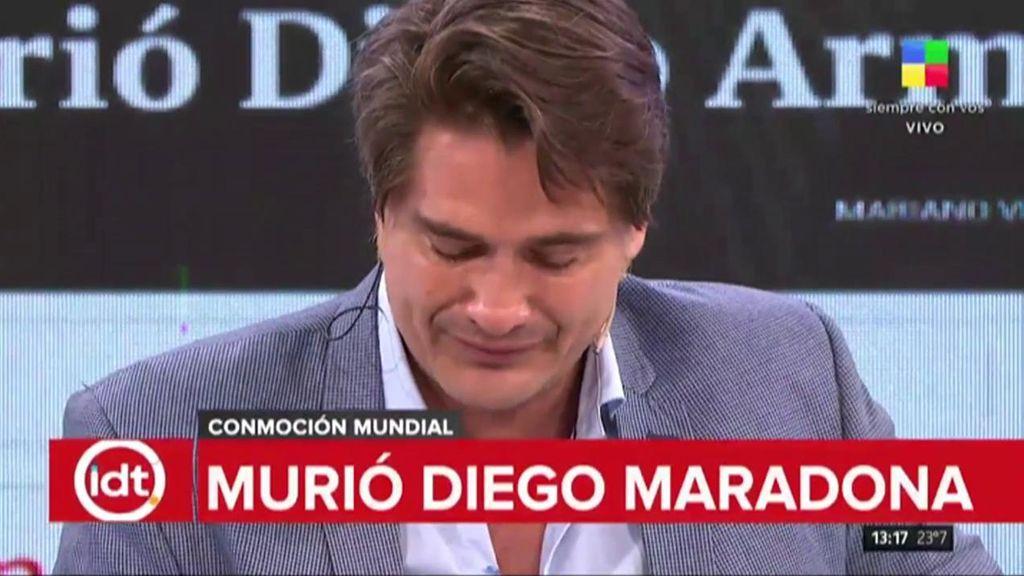 Periodista llora la muerte de Maradona