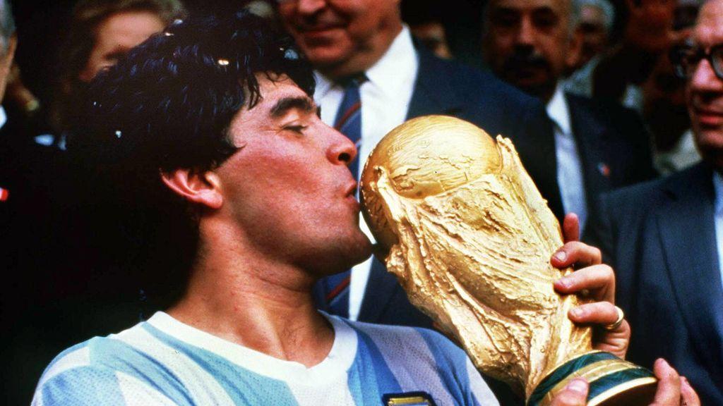 """El mundo del fútbol llora la muerte de Maradona a los 60 años: """"Seguí gambeteando a donde vayas"""""""