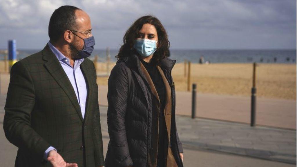 Isabel Díaz Ayuso pasea por la Barceloneta con el presidente del PP en Cataluña, Alejandro Fernández