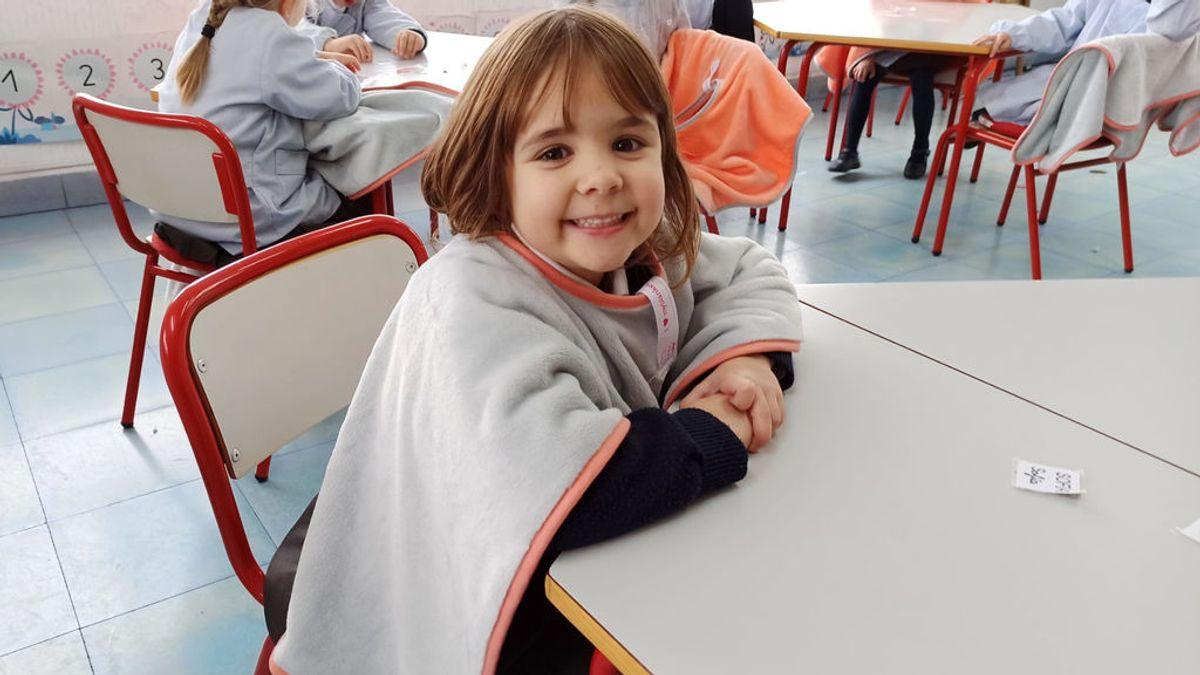 """Ponchos para proteger a los alumnos del frío: """"Hace falta ventilar las aulas por el virus y nos han traído las mantas"""""""