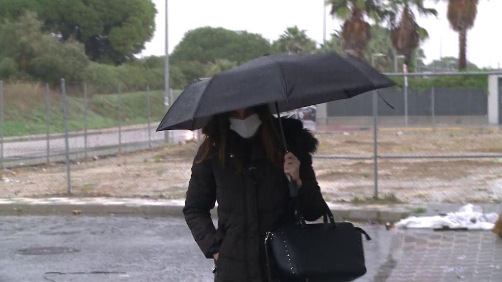 Irene Rosales llega abatida y sola al tanatorio