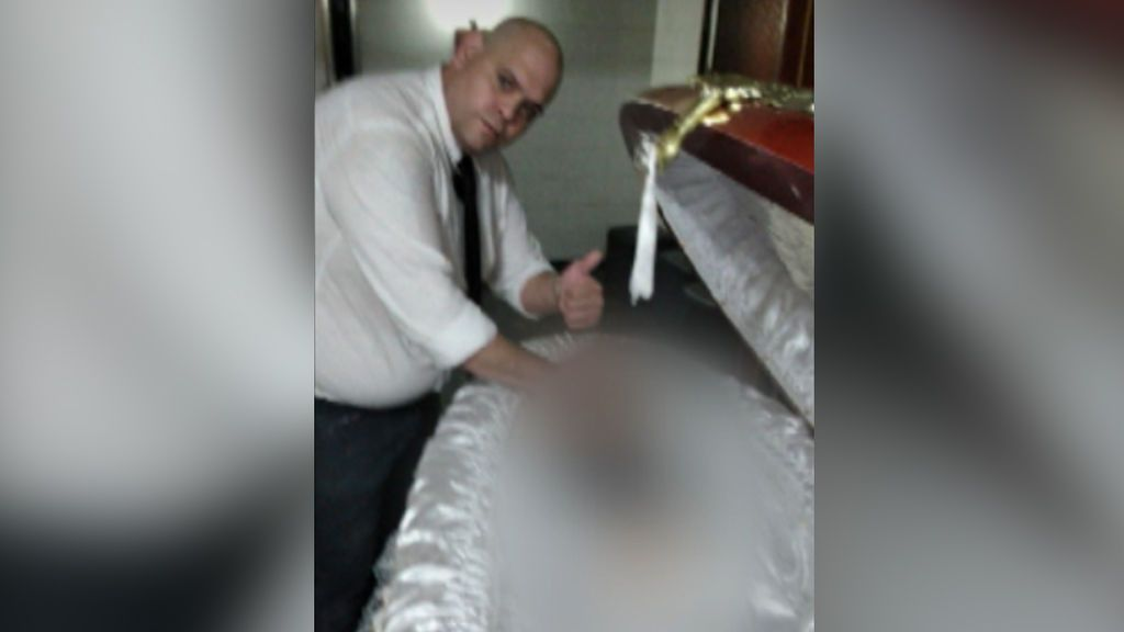 """Repulsa y rabia contra los """"canallas"""" que se fotografiaron junto a Maradona en su lecho de muerte"""