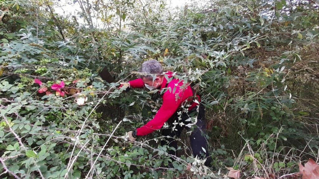 Un Ertzaina buscando rastros  en la zona donde se han encontrado los restos.