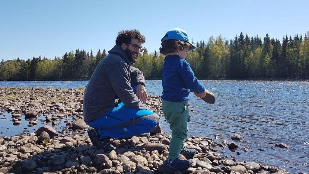 Fernando, español residente en Suecia, con su hijo