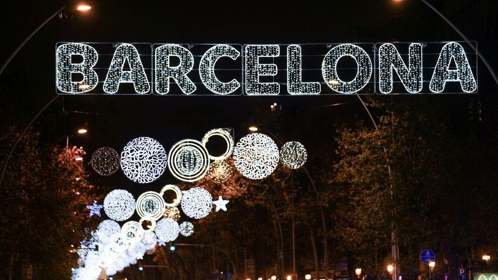 Barcelona da la bienvenida a la Navidad y enciende sus luces, que se apagarán con el toque de queda
