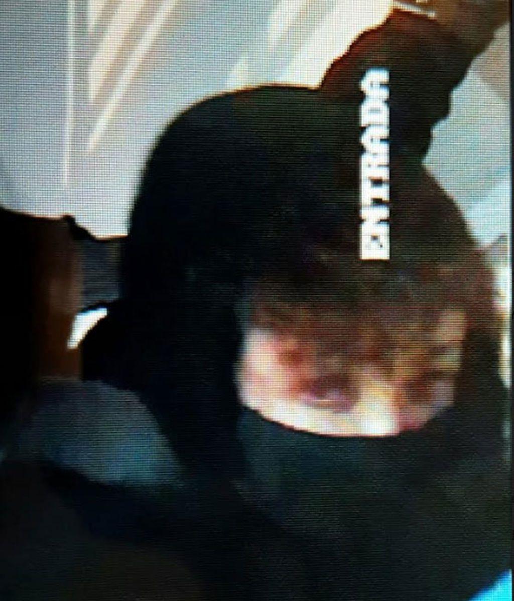 La cámara de seguridad, enfocando a Ángela Dobrowolski en el asalto