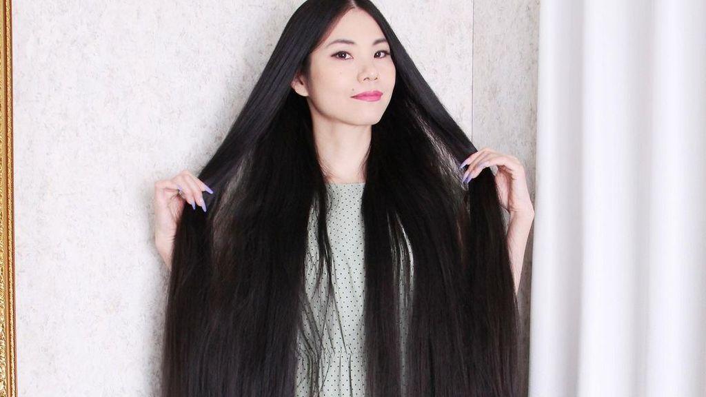15 años sin cortarse el pelo: la mujer que se hace llamar Rapunzel porque le mide la melena dos metros