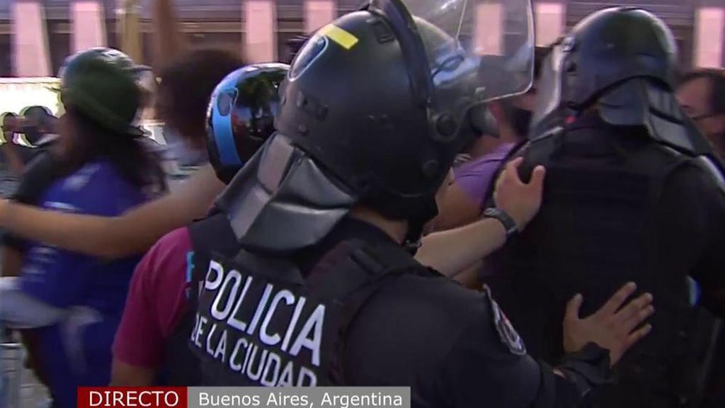 Antidisturbios en la cola de la capilla ardiente de Maradona