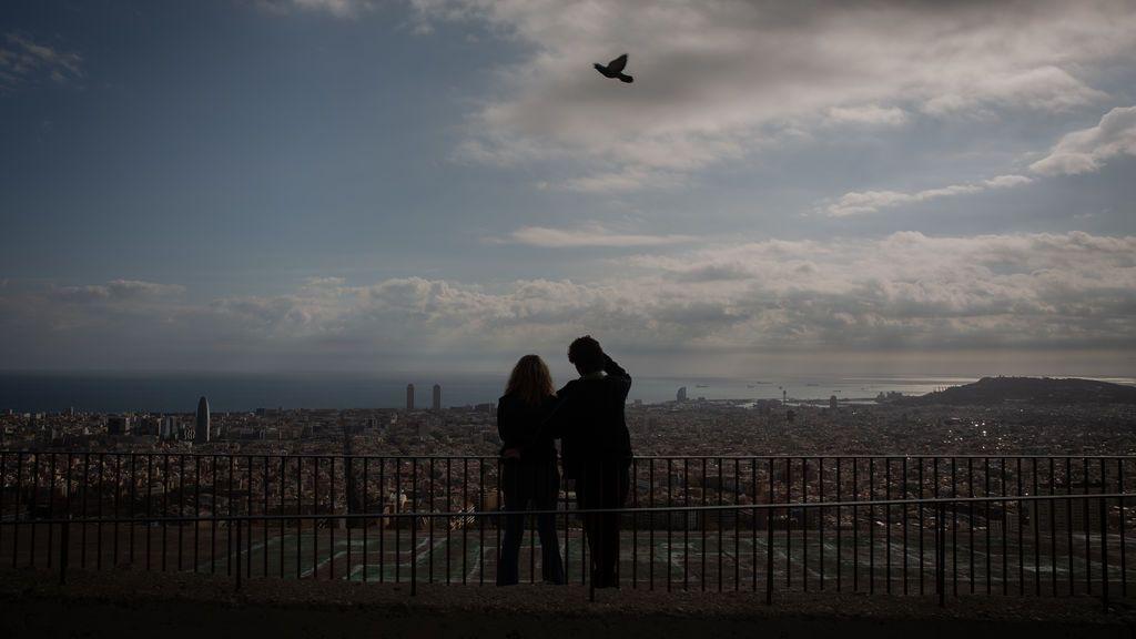 EuropaPress_3434162_dos_mujeres_miran_paisaje_mirador_turo_rovira_barcelona_catalunya_espana_16
