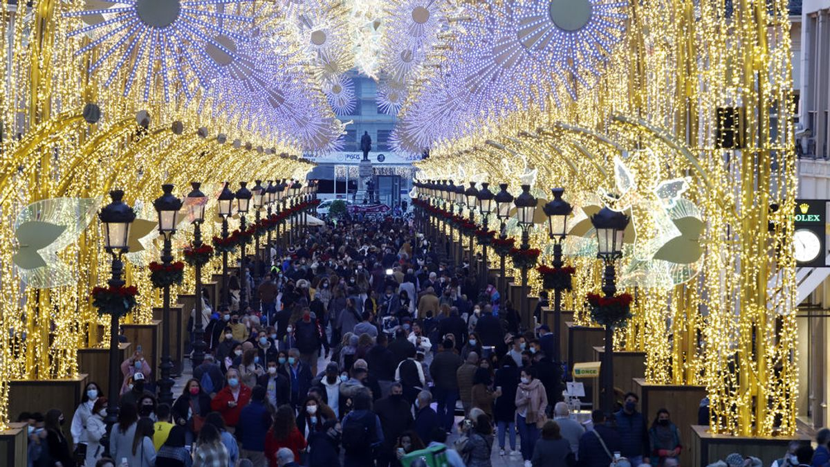 Málaga enciende sus luces de Navidad por sorpresa pero no evita la aglomeración de personas