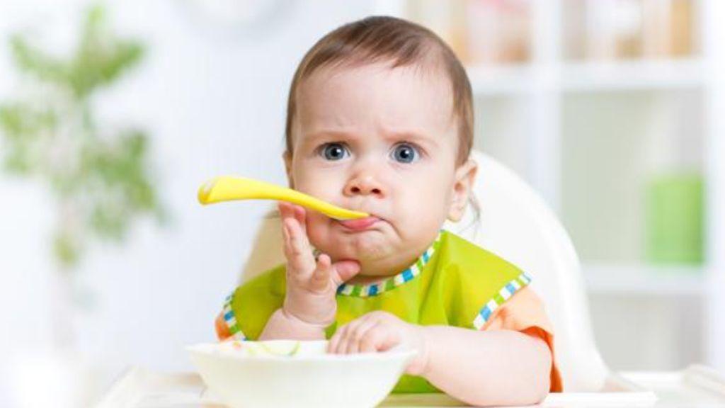 Cómo enseñar a comer a tu bebé y los alimentos que debes evitar hasta los 10 años