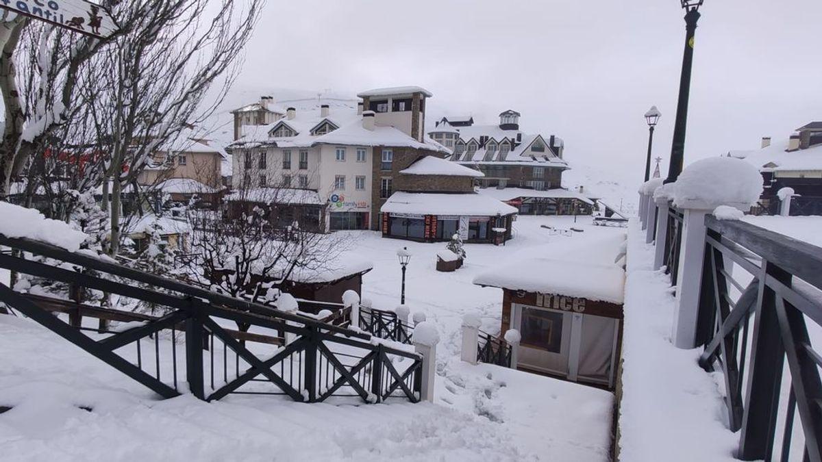 """Sierra Nevada luce su mejor cara con una nevada invernal pero permanecerá cerrada: """"Si abrimos en enero, será una temporada mala"""""""