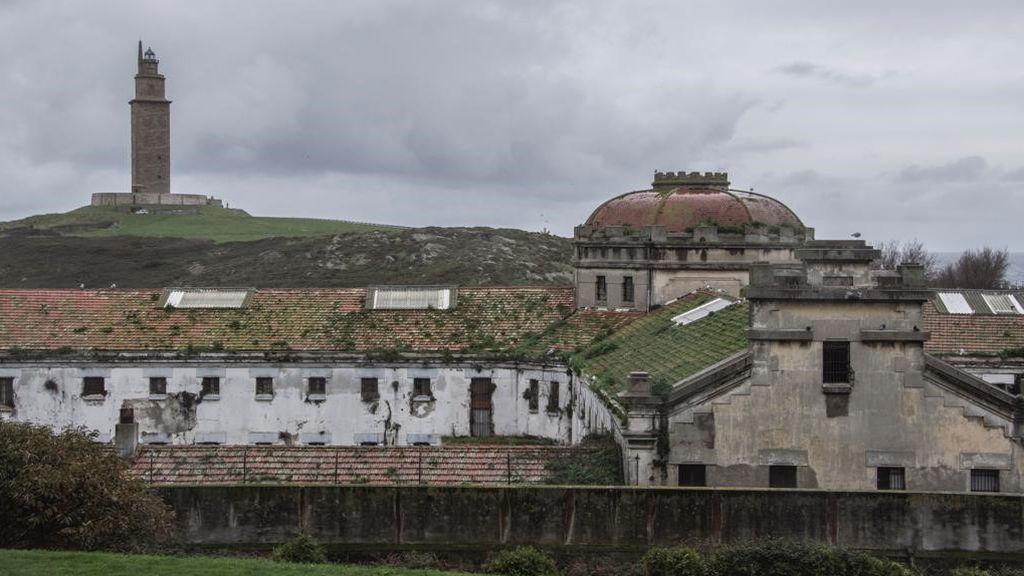 El Faro de Hércules, al fondo