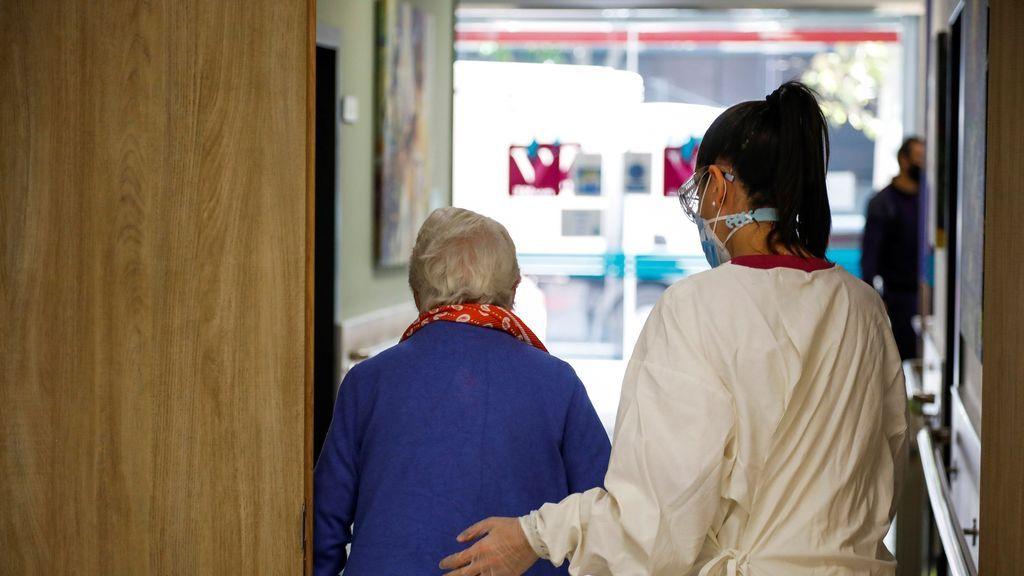 """La trabajadora de una residencia emociona en el Parlamento gallego: """"Los mayores necesitan hablar y ser escuchados"""""""