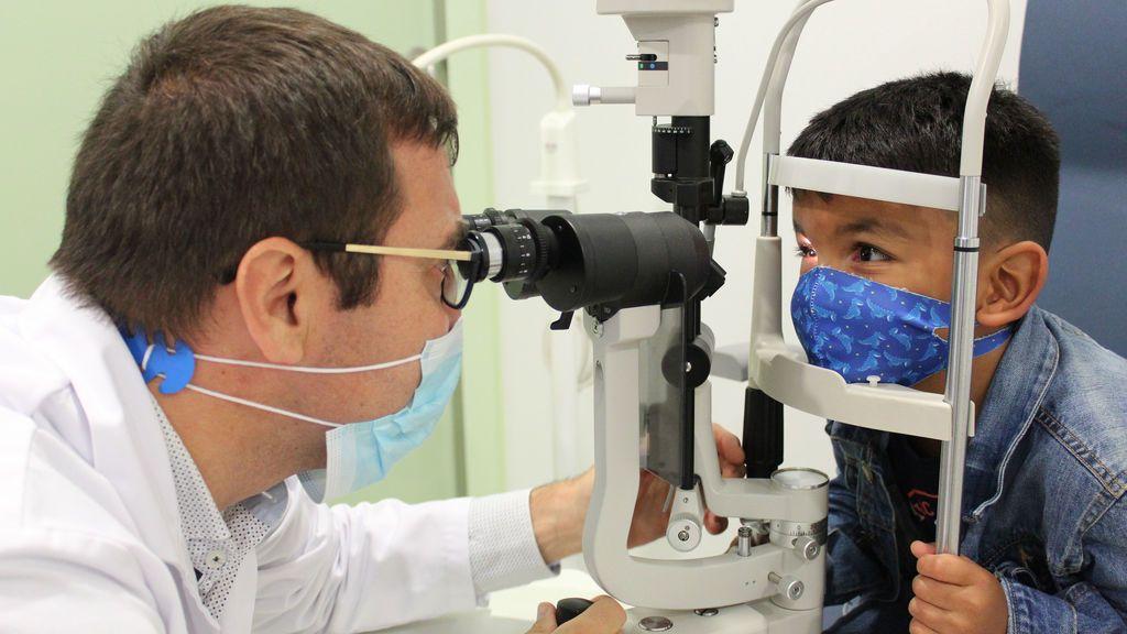 Félix, de 4 años, supera un cáncer de retina y conserva la vista con inyecciones de un virus oncolítico