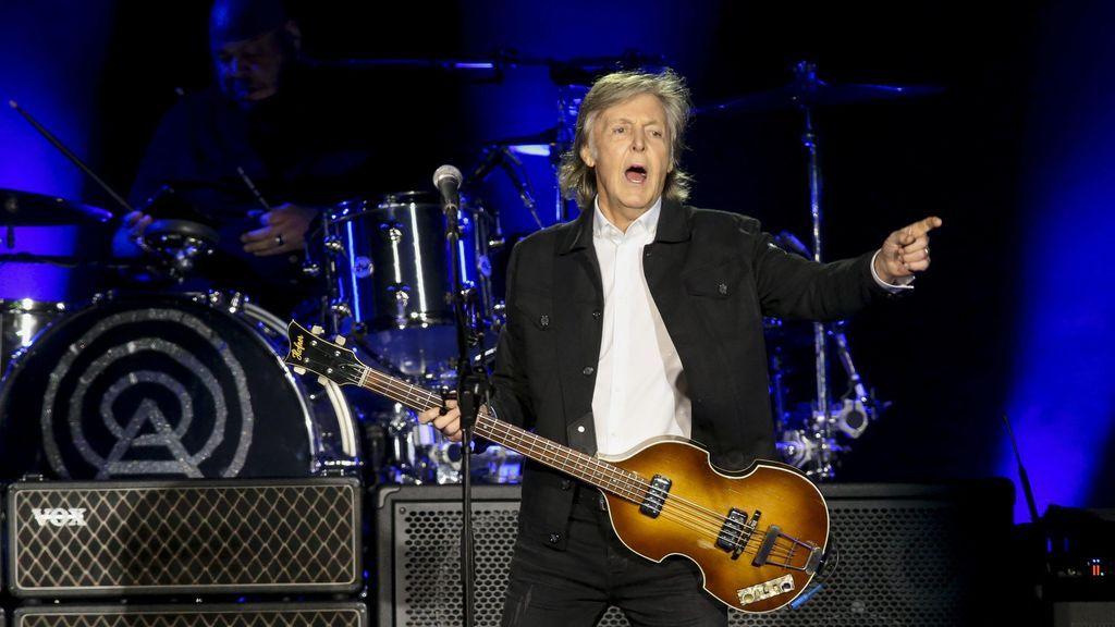 Se cae un mito: Paul McCartney lee en una pantalla las letras de canciones viejas de los Beatles en los conciertos