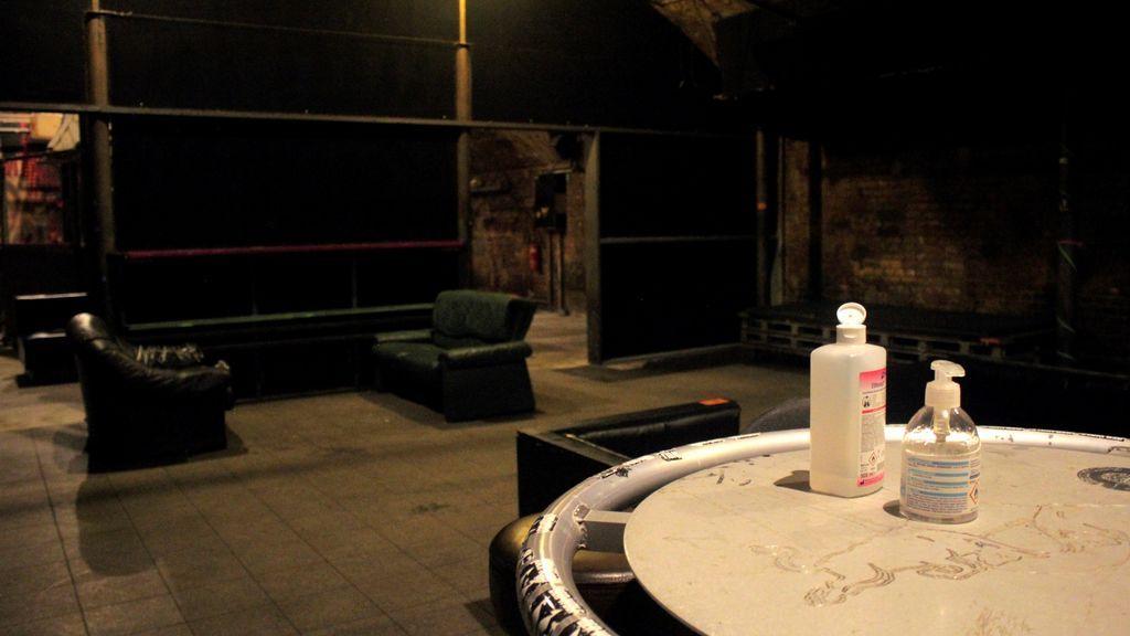 Vista del alcohol y del gel hidroalcohólico en una de las salas vacías del club berlinés MBia