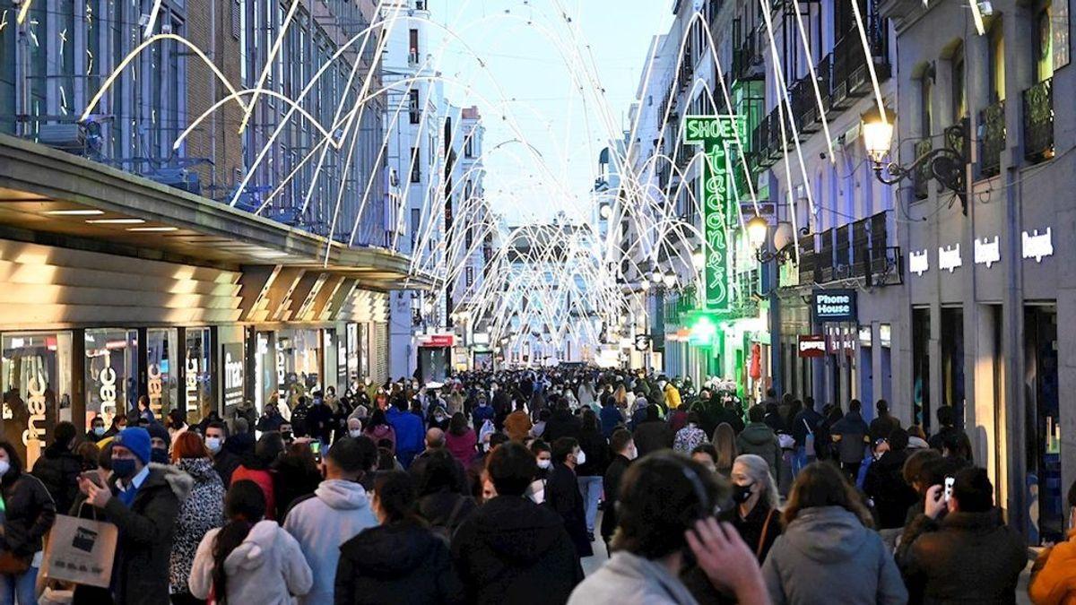 La curva de contagios sigue bajando en un fin de semana de reapertura de bares y aglomeraciones en las calles