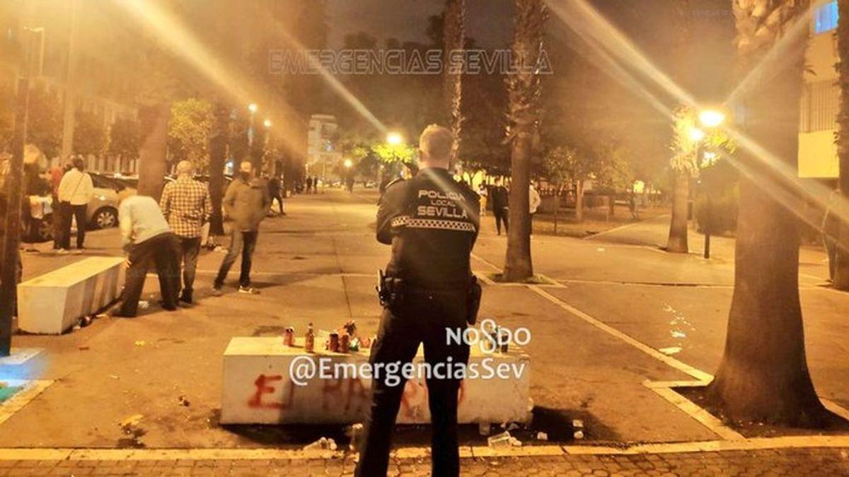 La Policía Local de Sevilla desaloja una botellona que congregaba a unas cien personas