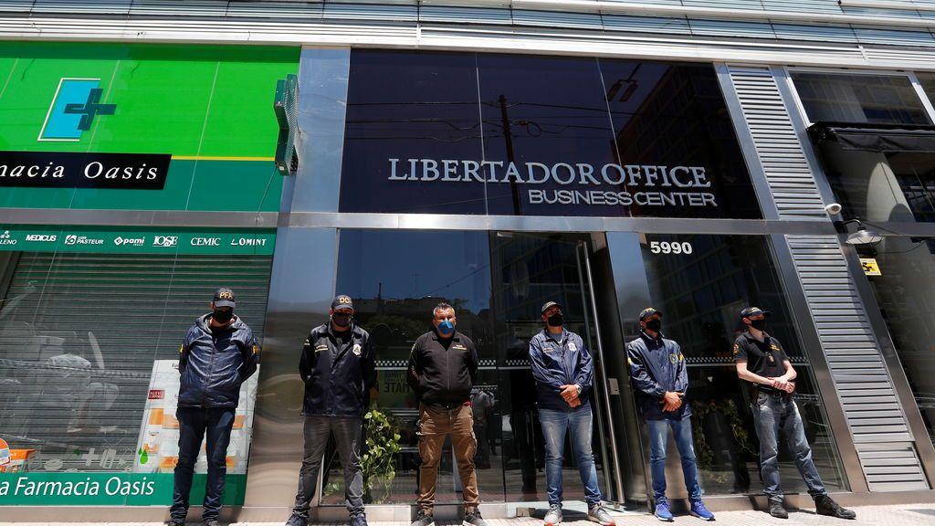 Agentes de Policía a las puertas de la oficina de Leopoldo Luque