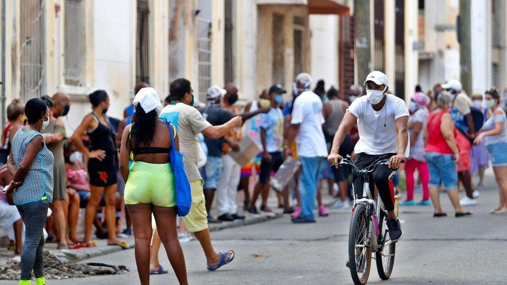 Decenas de personas esperan su turno para comprar en un mercado en La Habana (Cuba)