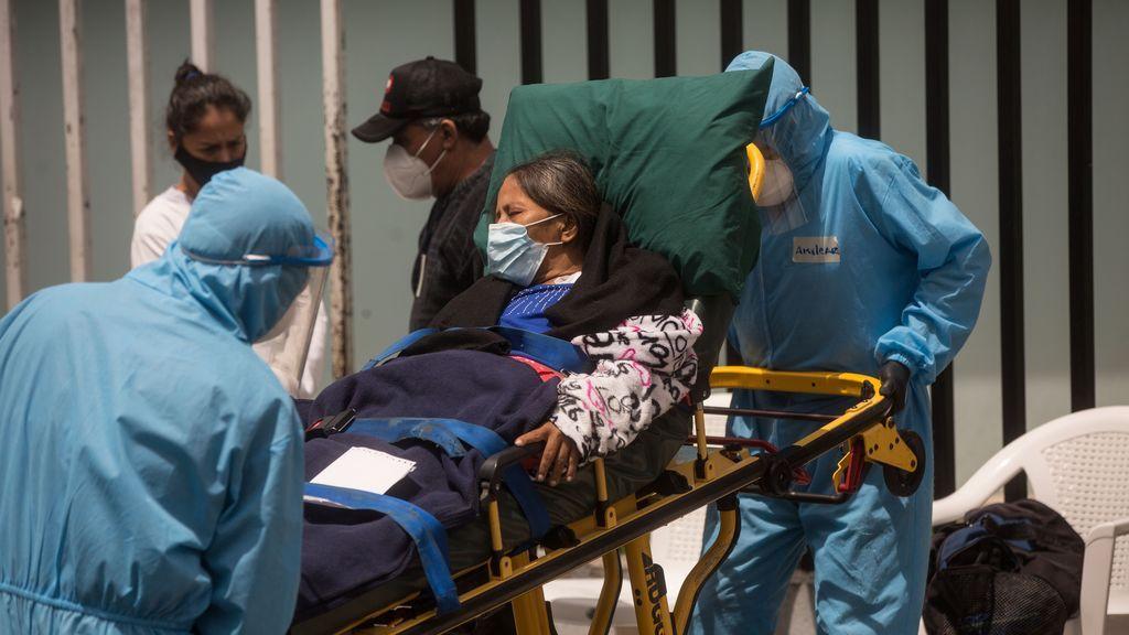 Sanitarios trasladando a una enferma de covid