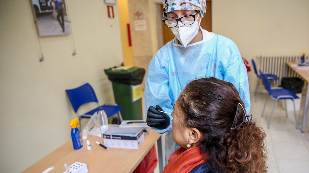 Una sanitaria realiza un test de antígenos