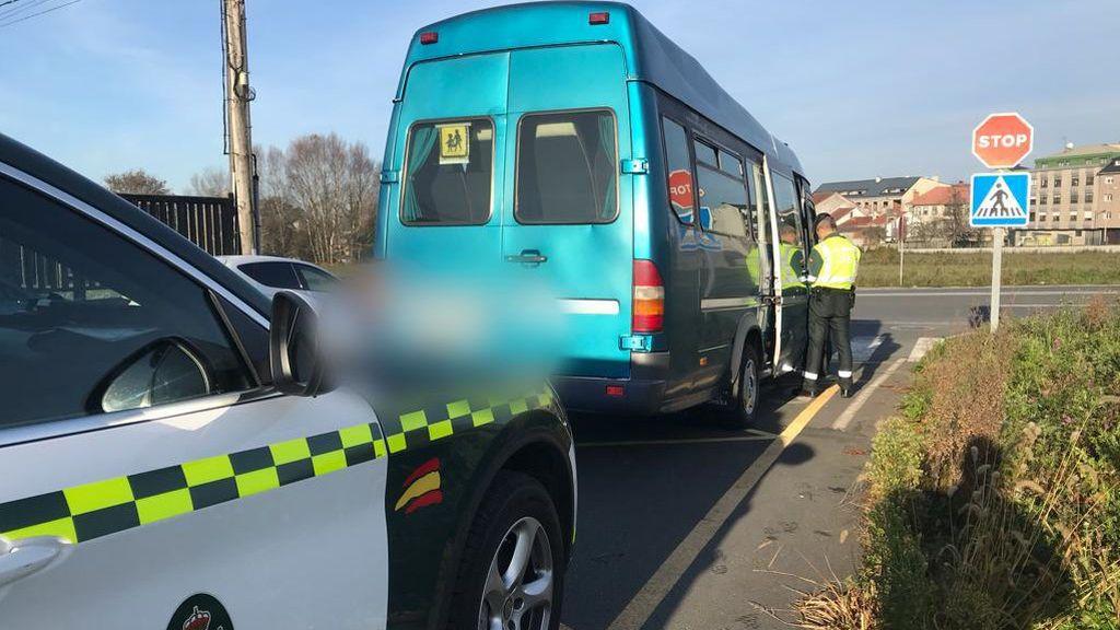 Una conductora de un autobús escolar es denunciada por circular sin puntos en el carné en A Coruña