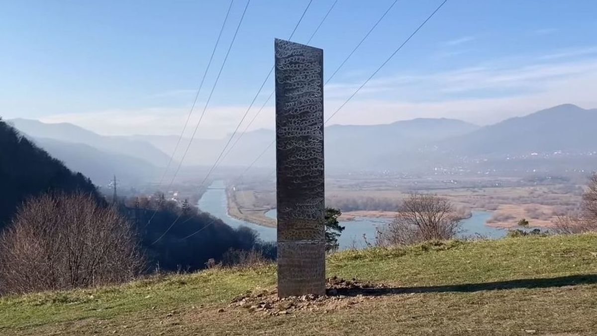 Aparece un monolito de metal, casi idéntico al de Utah, en una colina de Rumania