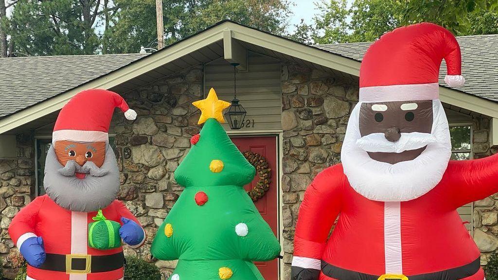 Un barrio responde a la amenaza racista que recibió uno de sus vecinos decorando sus casas con Papás Noel negros