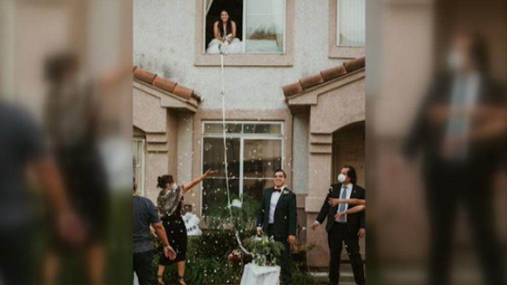El coronavirus convierte una boda en una escena de Romeo y Julieta