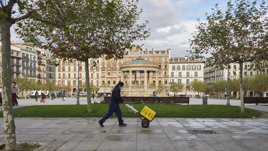 Trabajador durante el primer día de la desescalada de la segunda ola del covid en Pamplona