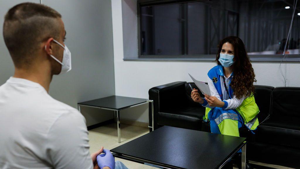 EuropaPress_2906011_psicologa_sanitaria_especializada_pandemia_trabaja_hospital_provisional