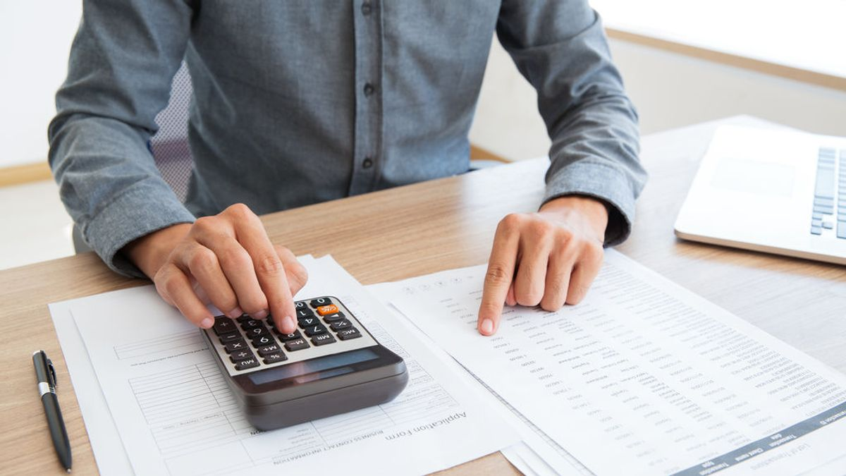 button-bookkeeper-calculating-white-calculator